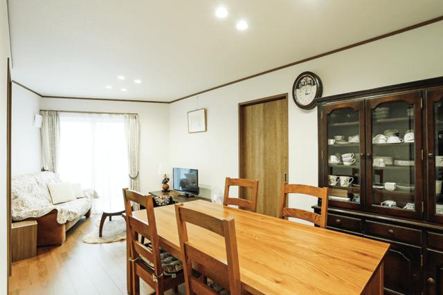 親世帯の一階は趣のある手持ち家具に合わせた、落ち着いたベーシックなデザイン。
